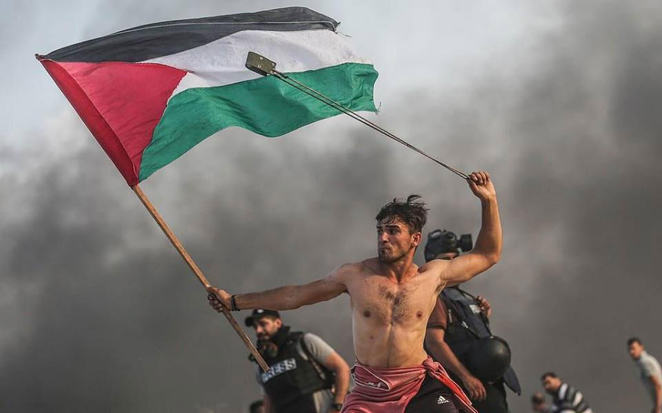 'Iconic' image of Palestinian protester in Gaza goes viral